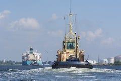 De sleepboot Friesland vaart aan de tanker Maersk Marmara Royalty-vrije Stock Foto