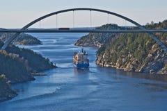De sleepboot hebert sleept bbc Europa uit de fjord Royalty-vrije Stock Foto's