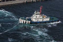 De sleepboot treft voorbereidingen om cruiseschip te slepen Royalty-vrije Stock Afbeeldingen