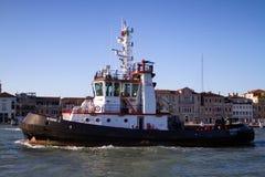 De sleepboot in Venetië   Stock Foto