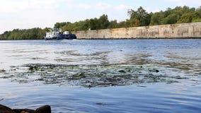 De sleepbootbewegingen langs het kanaal