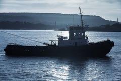 De sleepbootboot is aan de gang De haven van de Zwarte Zee, Varna Stock Afbeelding