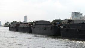 De sleepbootboten die een grote aak met zand slepen stock footage