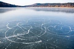 De slepen van schaatsen op bevroren meer, Stock Afbeeldingen