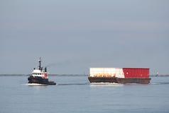 De Slepende Aak van de Boot van de Sleepboot van de rivier Stock Afbeelding