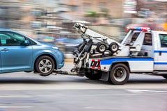 De slepenvrachtwagen levert het beschadigde voertuig royalty-vrije stock fotografie