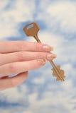 De sleutel is in een vrouwelijke hand Royalty-vrije Stock Afbeelding