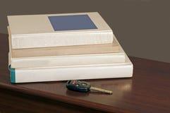 De sleutel en de schoolboeken van de auto Royalty-vrije Stock Fotografie