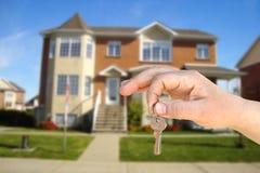De sleutel en het huis stock foto's
