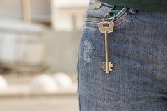 De sleutel tot de flat in uw jeans in eigen zak steekt royalty-vrije stock foto