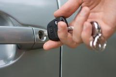De sleutel van de auto die in slotgat wordt opgenomen
