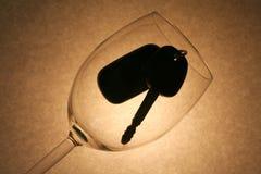 De sleutel van de auto in een wijnglas, gedronken bestuurder Stock Fotografie