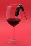 De sleutel van de auto in een wijnglas, gedronken bestuurder stock afbeelding