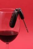 De sleutel van de auto in een wijnglas, gedronken bestuurder Stock Afbeeldingen