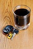 De sleutel van de auto en wiskyglas Royalty-vrije Stock Afbeeldingen