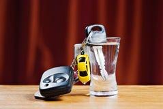 De sleutel van de auto en wodkaglas Royalty-vrije Stock Afbeeldingen