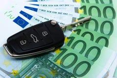 De sleutel van de auto op geld Royalty-vrije Stock Afbeeldingen