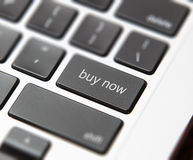 De sleutel van de computerterugkeer met koopt nu woorden Stock Foto