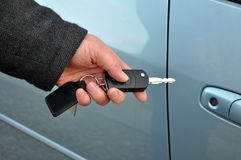 De sleutel van de de holdingsauto van de mens Stock Fotografie