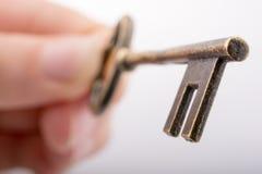 De Sleutel van de handholding royalty-vrije stock afbeeldingen