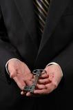 De Sleutel van de Holding van handen Royalty-vrije Stock Foto's