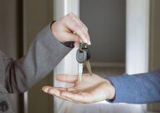 De sleutel van de handenholding in huis Royalty-vrije Stock Foto