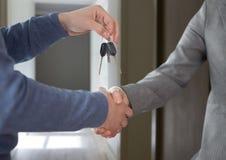 De sleutel van de handenholding in huiszaal Royalty-vrije Stock Foto's