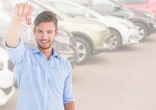 De sleutel van de mensenholding voor auto's stock foto