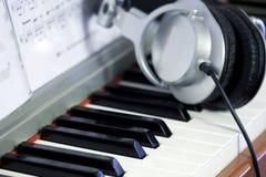 De sleutels en de Hoofdtelefoons van de piano royalty-vrije stock foto