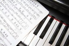 De sleutels en de muziek van de piano Royalty-vrije Stock Fotografie