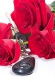 De sleutels en de rozen aanwezig boeket van de auto Stock Afbeelding