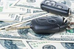 De sleutels en het geld van de auto Stock Afbeelding