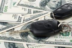 De sleutels en het geld van de auto Stock Foto