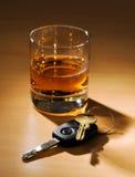 De sleutels en het glas van de auto met alcohol Royalty-vrije Stock Foto's