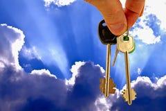 De sleutels tot de flat op de achtergrond van blauwe hemel en wolken Royalty-vrije Stock Foto