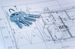 De sleutels van Bluetone over bouwplannen stock foto's