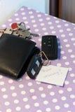 De sleutels van de auto met nota om veiligheid te drijven Stock Fotografie