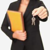 De sleutels van de de agentenholding van onroerende goederen Stock Foto's
