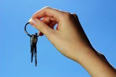 De sleutels van de holding Stock Afbeeldingen