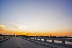 De Sleutels van de Zonsondergangflorida van de verhoogde wegbrug royalty-vrije stock afbeelding