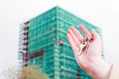 De sleutels van een makelaar in onroerend goedholding tot een nieuwe flat in haar handen. stock fotografie