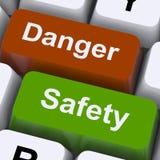 De Sleutels van het gevaar en van de Veiligheid toont Voorzichtigheid en Gevaren Stock Fotografie