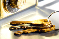 De Sleutels van het huis Geplaatst en de Agent van Onroerende goederen De Veilige Doos van het Slot Royalty-vrije Stock Afbeelding