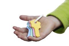 De sleutels van het stuk speelgoed in een hand van kinderen. stock fotografie