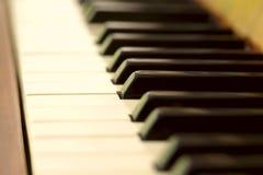 De sleutels van de piano De achtergrond, onduidelijk beeld, close-up, bebouwde geschoten, zijaanzicht, macro royalty-vrije stock afbeelding