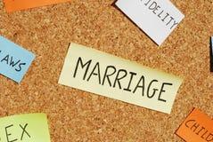 De sleutelwoorden van het huwelijk op een kleurrijke cork raad Stock Foto's