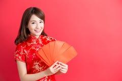 De slijtage van de schoonheidsvrouw cheongsam Stock Afbeeldingen