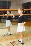 De slijtage van het meisje pointe in balletklasse stock afbeeldingen