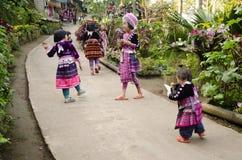 De slijtagekostuum die van kinderen Etnisch Hmong traditioneel en met vrienden spelen stock fotografie