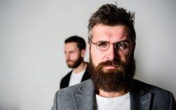 De slijtageoogglazen van mensen knappe gebaarde hipster Ooggezondheid en gezicht Optica en visieconcept Oogglazentoebehoren voor stock foto